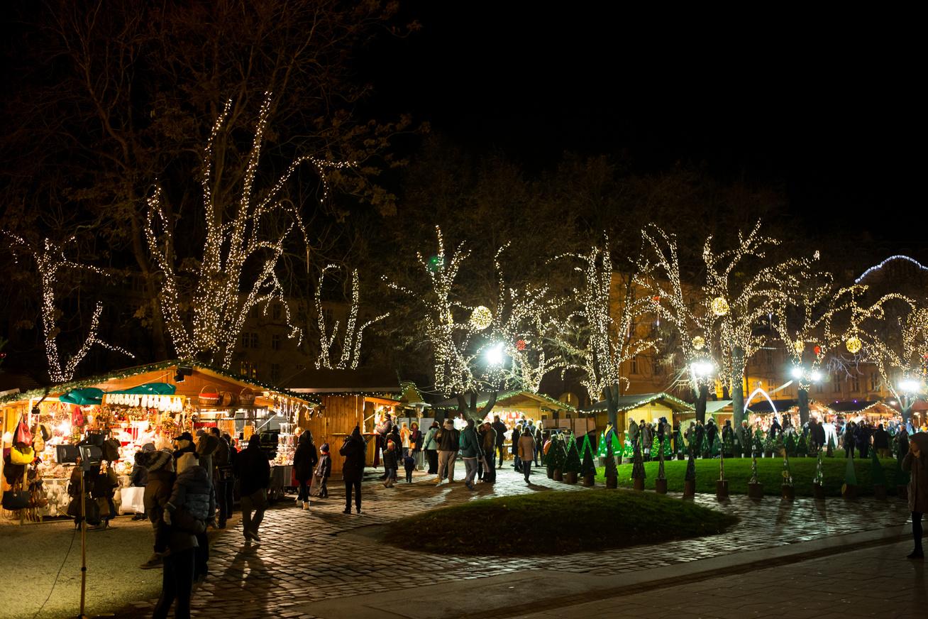 Elkezdődött a hetedik adventi fesztivál és vásár a Városháza parkban