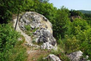 A felhagyott bánya egyik látványos sziklakibúvása