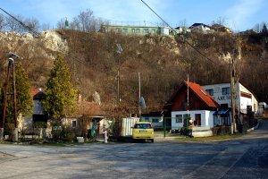 A felhagyott kőfejtő látképe a Torda utca irányából