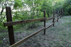 A jól kiépített sétautak meredekebb szélein korlát védi a kirándulókat