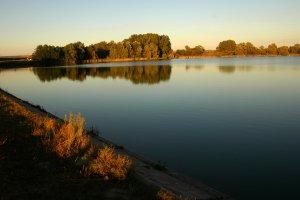 A tó látképe