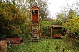 A kertben igényesen kialakított fa berendezési tárgyak is helyet kaptak