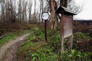 A védett terület határait hatszögletű hatósági táblák jelzik