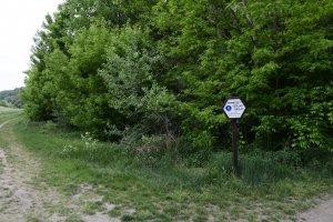 A védett terület határvonalát hatszögletű hatósági táblák jelzik